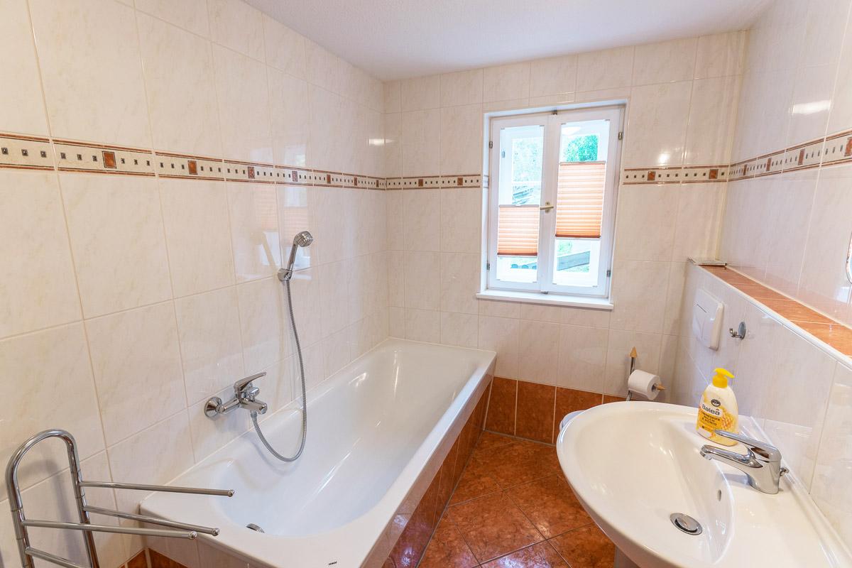 Ferienwohnung 1 im Erdgeschoss - Badezimmer mit Badewanne und Waschbecken