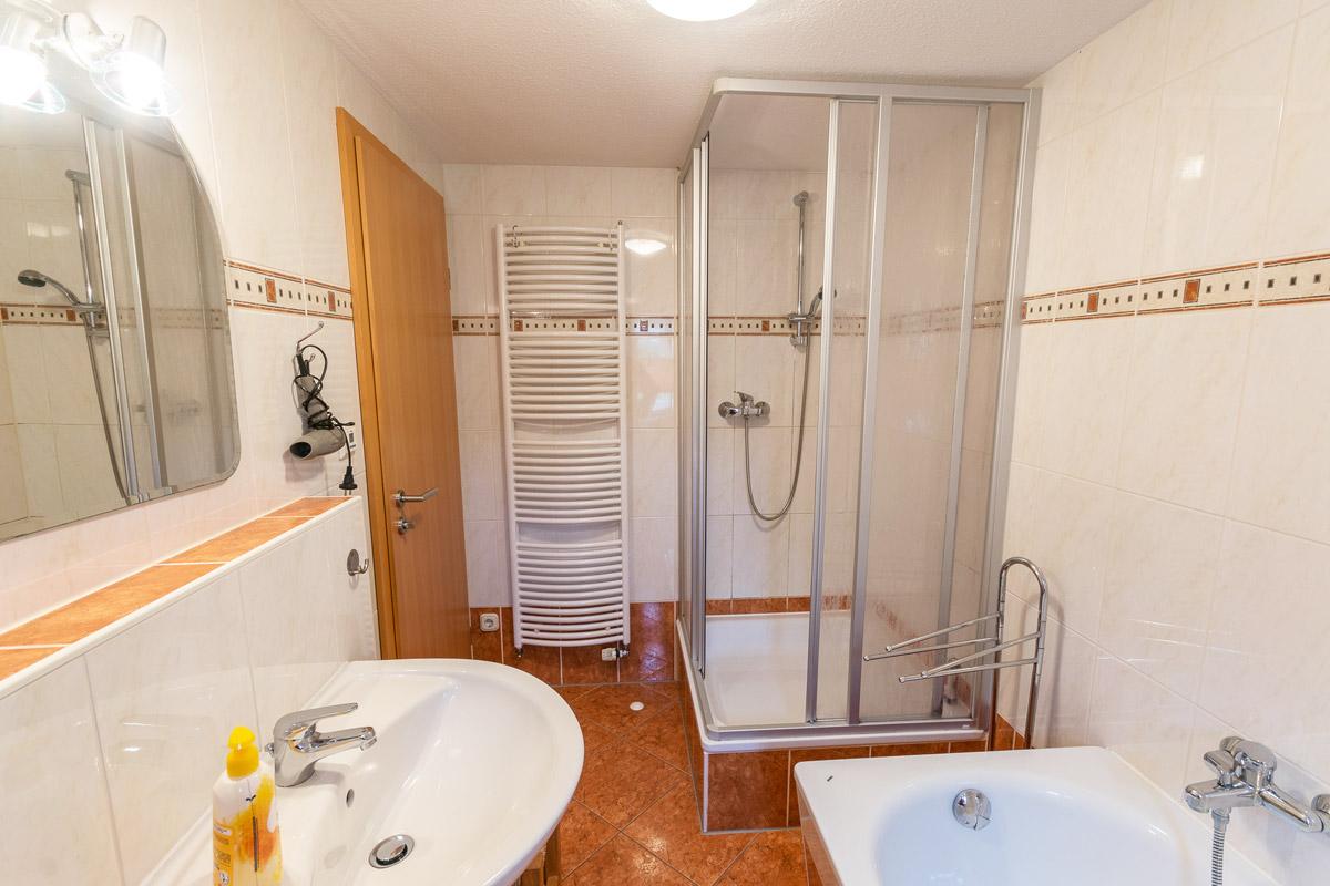 Ferienwohnung 1 im Erdgeschoss - Badezimmer mit Dusche und Badewanne