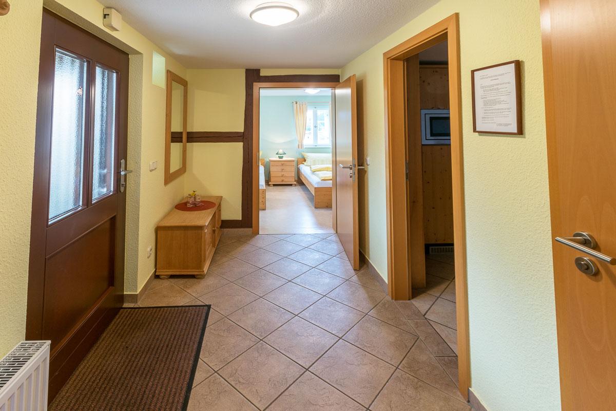 Ferienwohnung 1 im Erdgeschoss - Korridor mit Zugang zu den Zimmern