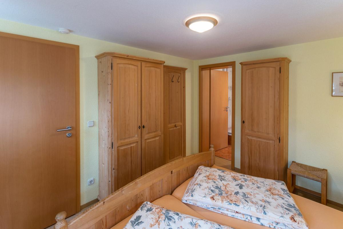 Ferienwohnung 1 im Erdgeschoss - Schlafzimmer 1 mit Doppelbett und Schrank