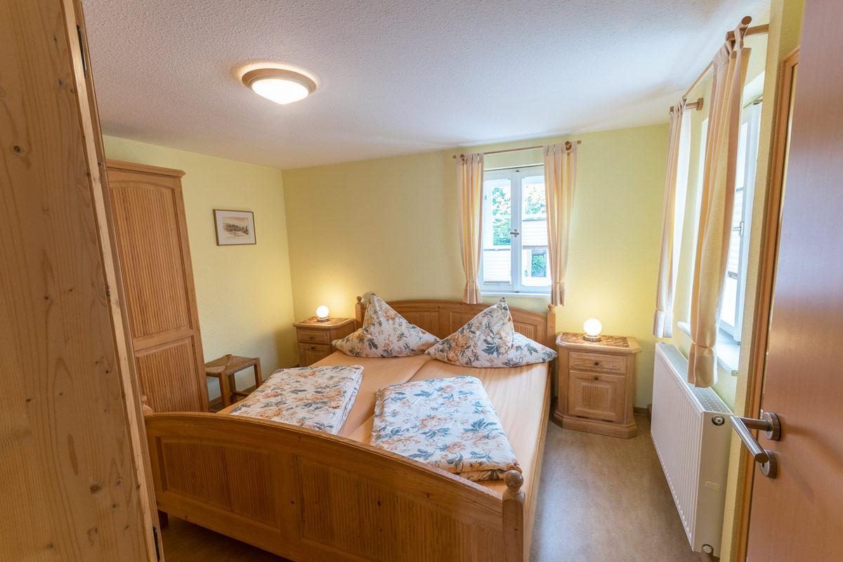 Ferienwohnung 1 im Erdgeschoss - Schlafzimmer 1 mit Doppelbett