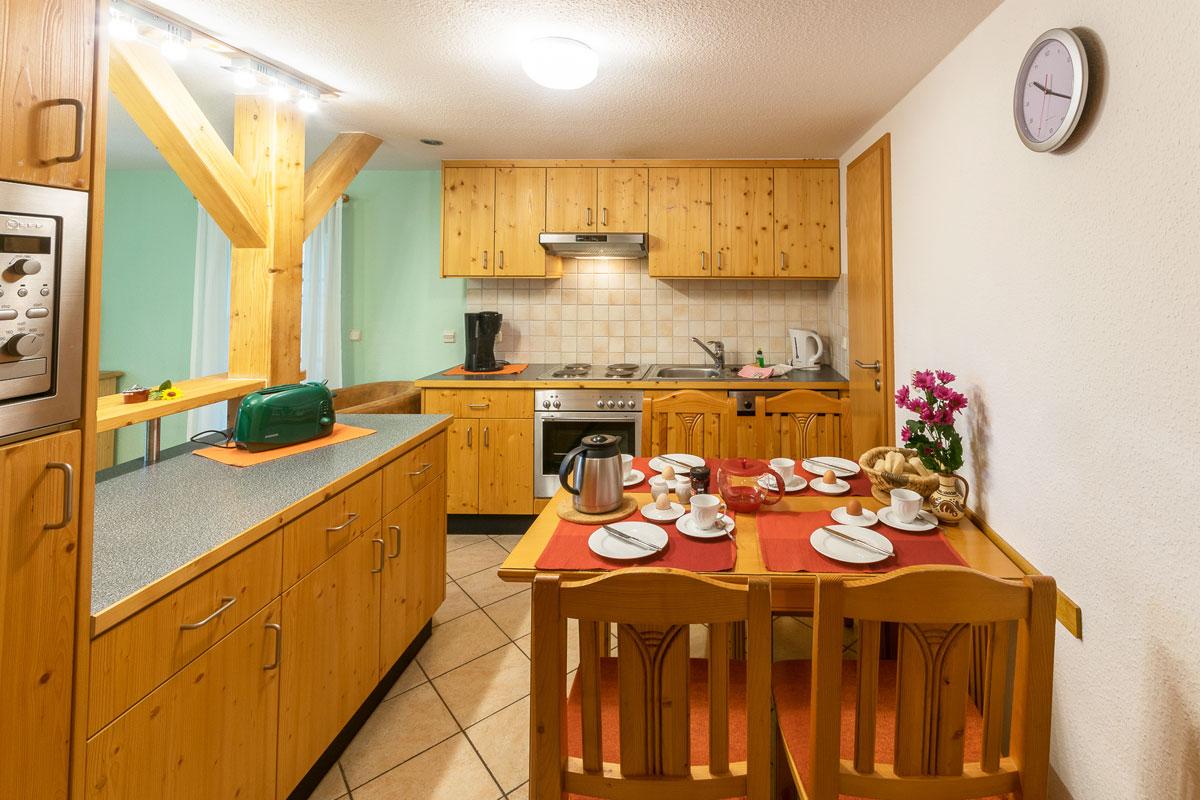 Ferienwohnung 1 im Erdgeschoss - Wohnküche mit Esstisch und Küchenzeile