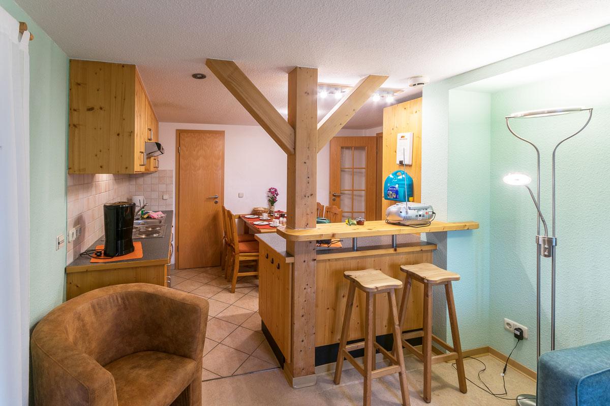 Ferienwohnung 1 im Erdgeschoss - Wohnküche mit Tresen und Hocker