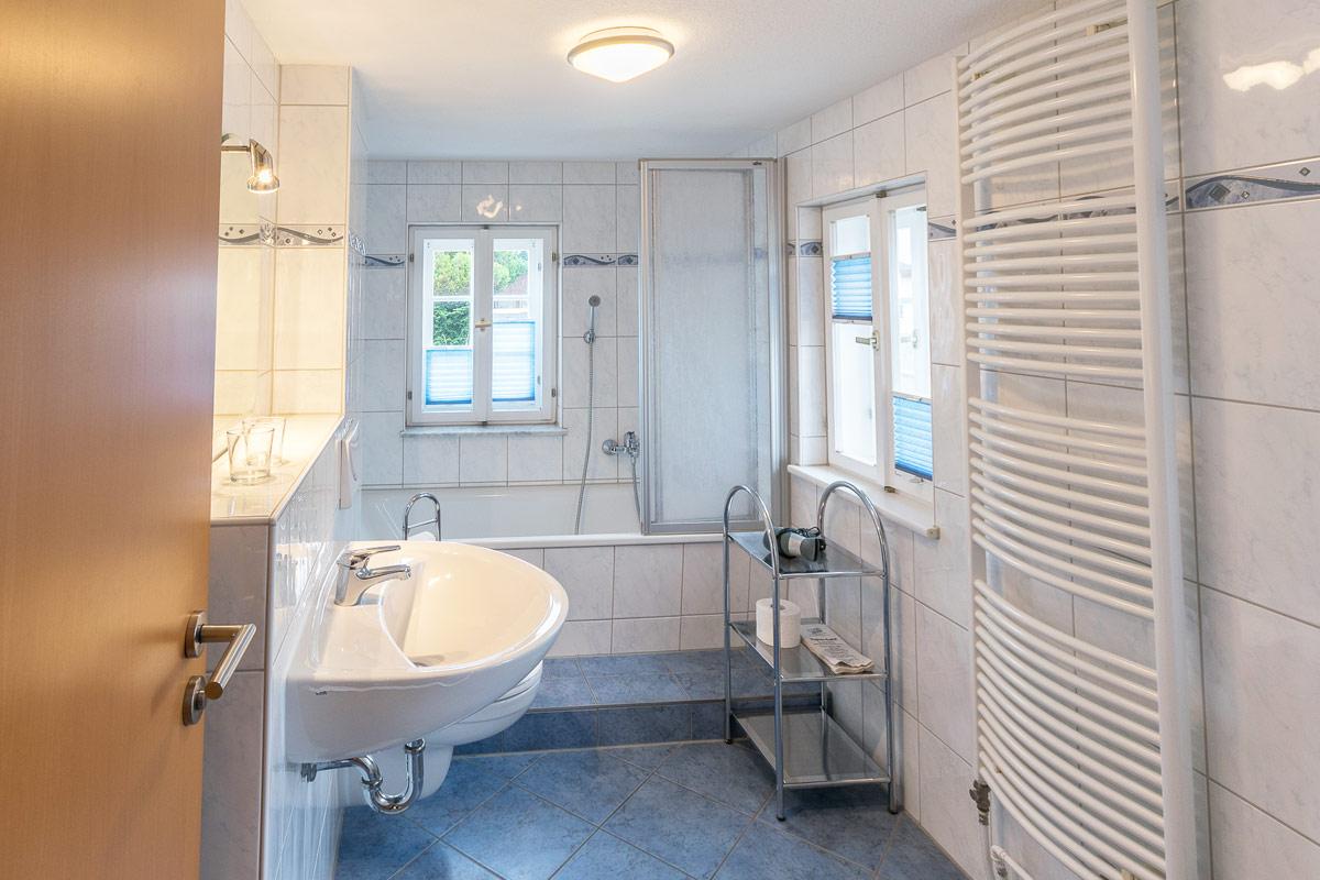 Ferienwohnung 2 im Obergeschoss - Badezimmer mit Badewanne
