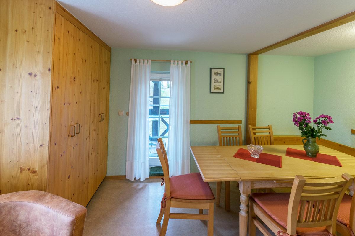 Ferienwohnung 2 im Obergeschoss - Essbereich mit Schrank