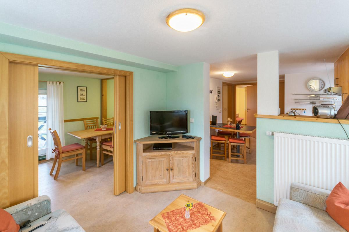 Ferienwohnung 2 im Obergeschoss - Wohnbereich mit Küche und Essbereich