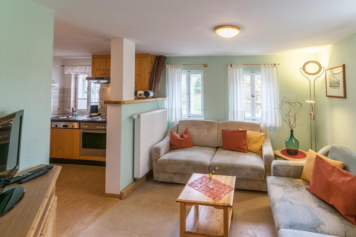 Ferienwohnung2 im Obergeschoss - Wohnbereich mit Sofa und TV