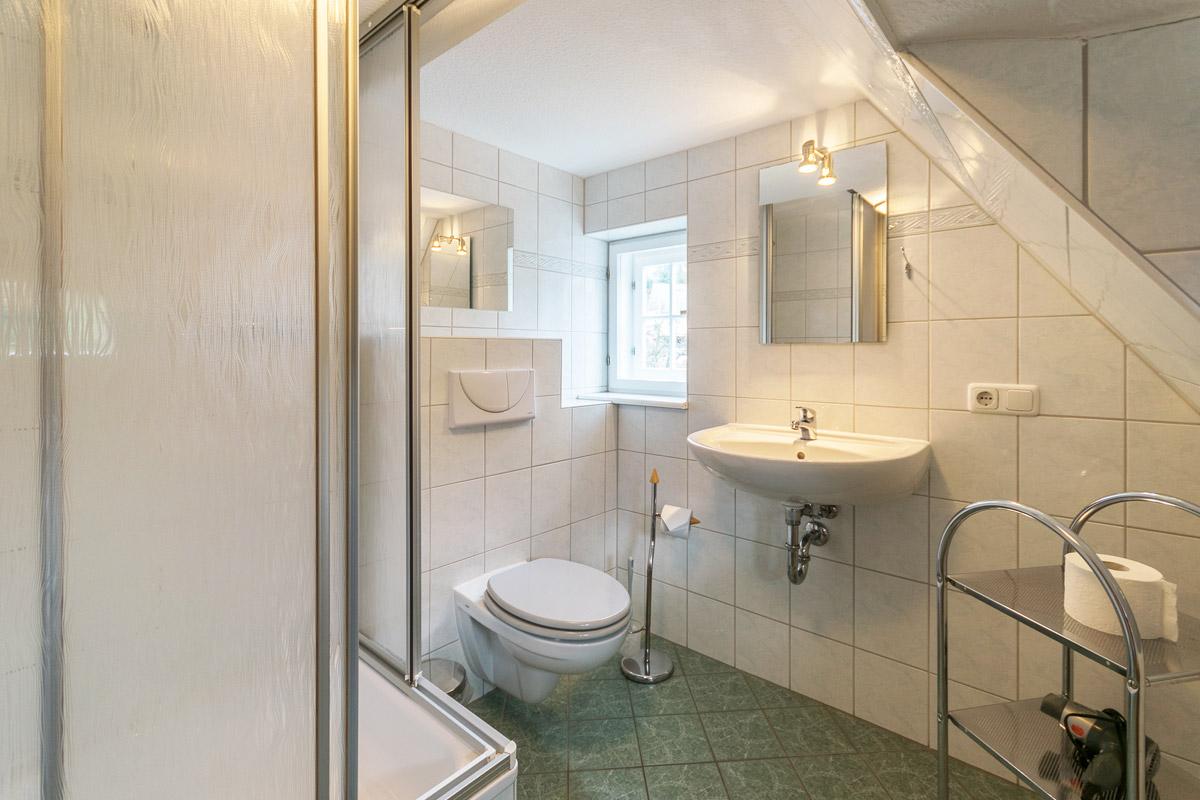 Ferienwohnung 2 im Obergeschoss - Badezimmer mit Dusche und WC