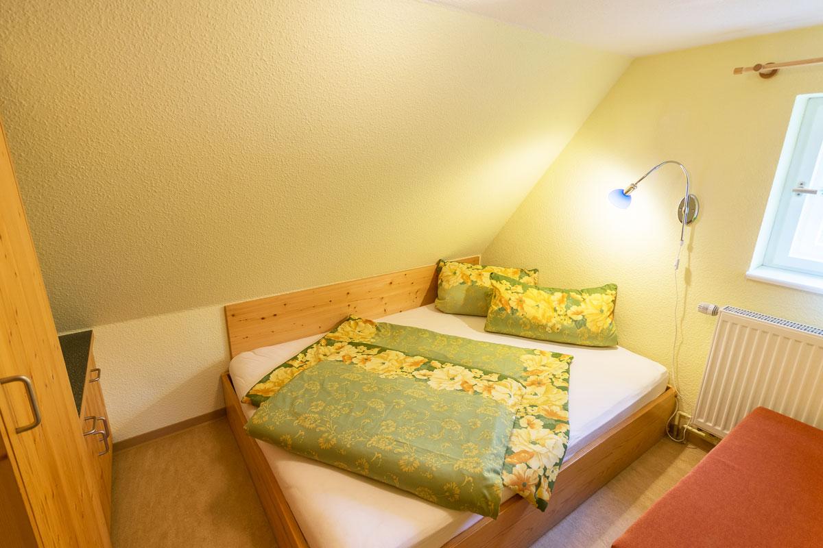 Ferienwohnung 3 im Dachgeschoss - Schlafzimmer mit Doppelbett