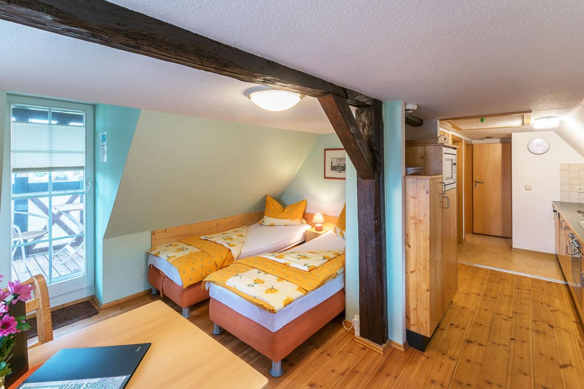 Ferienwohnung 3 im Dachgeschoss - Wohnbereich mit Schlafgelegenheit