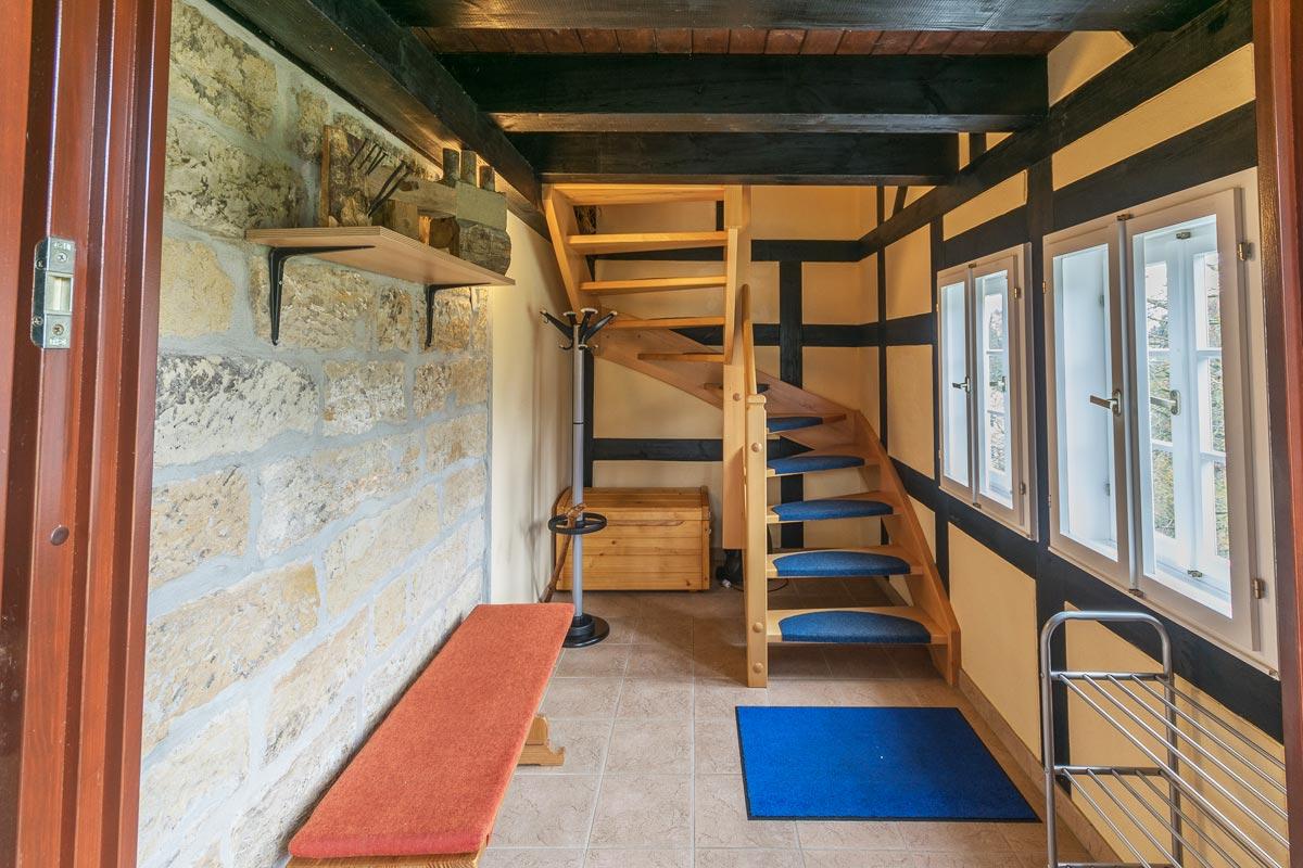 Treppenaufgang zur Maisonettewohnung im Obergeschoss und Dachgeschoss